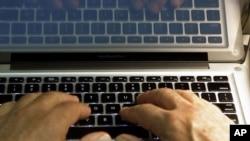 Un homme écrit sur un clavier, à LA, le 27 février 2013.