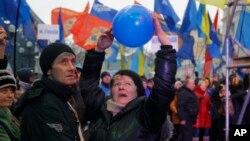 Сторонники Виктора Януковича собираются на митинг. Киев. Украина