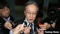 이하라 준이치 일본 외무성 동아시아·대양주 국장이 16일 한국 외교부에서 일본군 위안부 문제 해결을 위한 한-일 양국 협의를 마치고 나서 취재진의 질문에 답변하고 있다.