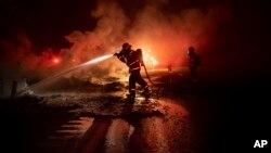 Petugas damkar berusaha memadamkan kebakaran hutan di Shasta-Trinity National Forest, California, AS (foto: ilustrasi).