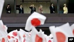 Anggota keluarga kerajaan Jepang melambaikan tangannya dari balkon istana di Tokyo, Minggu (23/12) menyambut para pengunjung dalam perayaan HUT ke-79 Kaisar Akihito. Dari kiri: Putri Masako, Pangeran Naruhito, Kaisar Akihito, Permaisuri Michiko, Pangeran Akishino dan Puri Kiko.