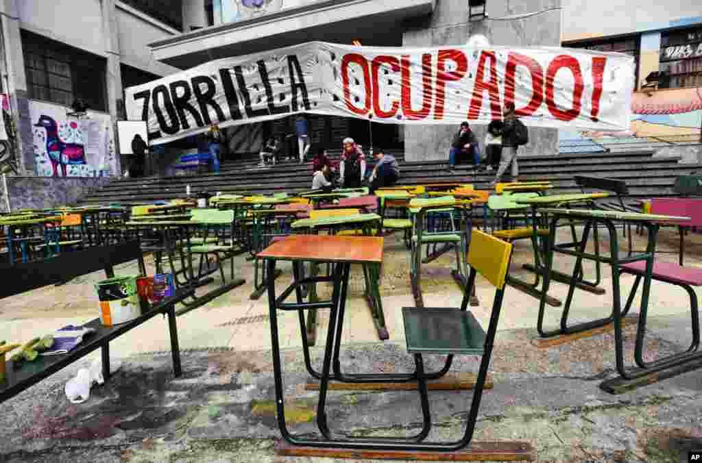 តុសិស្សត្រូវបានដាក់នៅខាងក្រៅវិទ្យាល័យ Zorrilla ដោយក្រុមគ្រូបង្រៀនធ្វើបាតុកម្មនៅក្រុងម៉ុងតេវីដេអូ ប្រទេសអ៊ុយរូហ្គាយ។ សហជីពគ្រូបង្រៀនបានធ្វើបាតុកម្មតវ៉ា ដោយទាមទារការតម្លើងប្រាក់បៀវត្សន៍ និងការផ្គត់ផ្គង់មូលនិធិបន្ថែមសម្រាប់វិស័យអប់រំ មុនពេលកញ្ចប់ថវិកាជាតិត្រូវបានដាក់បង្ហាញនៅថ្ងៃទី៣១ ខែសីហា ដែលនឹងបង្ហាញពីគម្រោងចំណាយសម្រាប់រយៈពេលប្រាំឆ្នាំបន្ទាប់។