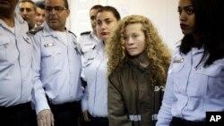 Ahed Tamimi emmenée au tribunal de la prison militaire d'Ofer près de Jérusalem, le 28 décembre 2017.