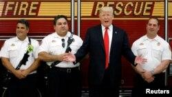 El presidente Donald Trump saluda a miembros del Cuerpo de Bomberos de West Palm Beach el 27 de diciembre.