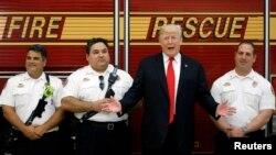 Le Président Donald Trump salue les sapeurs pompiers de West Palm Beach en Florida, USA. 27 décembre 2017