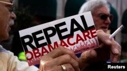 Tư liệu- Một nhóm nhỏ người biểu tình phản đối Obamacare.