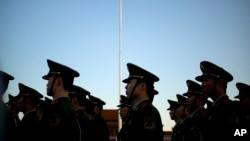 中国武警在天安门广场国庆升旗仪式上。
