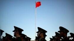 중국 베이징 텐안먼 광장에서 열린 국기 계양식에서 군인들이 행진하고 있다. (자료사진)