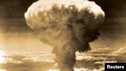 1945年8月9日,美軍B-29轟炸機向長崎投下一枚原子彈後,煙雲升上60000 呎高空。