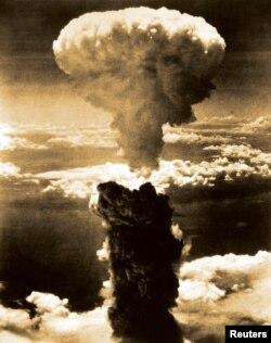 美军投下的原子弹在日本长崎爆炸后形成的蘑菇云(1945年8月9日)