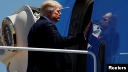 Predsednik Donald Tramp ulazi u predsednički avion u bazi Endrjuz (arhivski snimak)