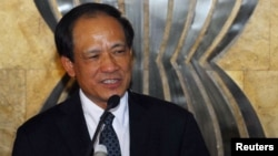 Former Vietnam Deputy Foreign Minister Le Luong Minh talks to reporters after a handover ceremony of the secretary-general of the ASEAN in Jakarta, January 9, 2013.