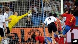 زمین پر گرے ہوئےاسپین کے کھلاڑی کارکس ہیول جرمنی کے خلاف کھیل کا واحد گول کرتے ہوئے