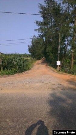 Đường đất đỏ chạy từ tỉnh lộ 64 thẳng xuống biển. Bên trái con đường là đất đai canh tác của làng Phú Hội, bên phải là của làng Hà Tây (dự kiến thu hồi để giao cho Cty C.P. Việt Nam). Khu đất dự án nằm song song với tỉnh lộ 64 (cách mép đường đỏ vài chục mét)