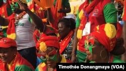 Des fans burkinabé avant le match Burkina-Tunisie des quarts de finale de la CAN 2017 au stade de l'Amitié, à Libreville, Gabon, 28 janvier 2017. (VOA/Timothée Donangmaye)