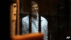 Cựu tổng thống Ai Cập Mohammed Morsi trong phiên xử ở Cairo hôm 30/4/2014.