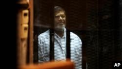 Mantan presiden Mesir, Mohamed Morsi, dalam persidangan di Kairo, April 2014. (AP/Ahmed Omar)