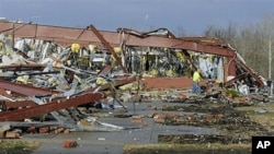 Một trường trung học ở Henryville, Indiana, sau bão lốc, ngày 2 tháng 3, 2012