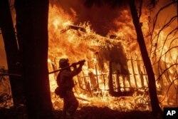"""Unos 203 nombres continúan en la lista de personas desaparecidas luego de que el incendio """"Camp""""."""