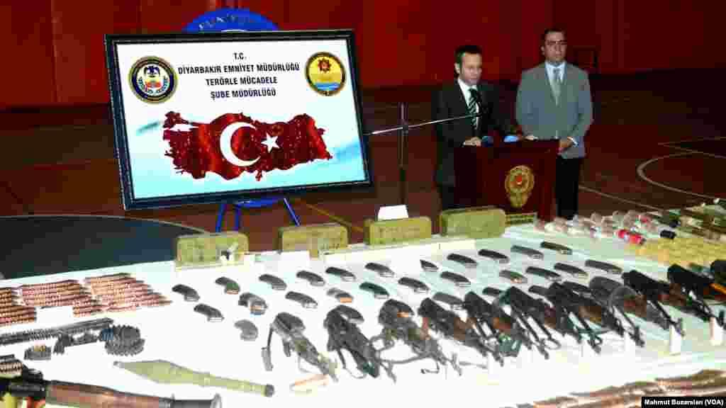Diyarbakır'da gerçekleştirilen bir operasyonda PKK'ya ait cephanelik bulundu. Cephanelik Sur İlçesindeki bir çay bahçesine yapılan baskında ahşap bir kulübe içerisinde ele geçirildi. Kulübede, 12 Kaleşnikof tüfek,35 içi fişek dolu Kaleşnikof şarjör, 4 bin 24 fişek, 2 roketatar ile 15 sevk motoru,7 anti tank roketatar mühimmatı, 8 anti personel roketatar mühimmatı, 3 el bombası, 38 el yapımı bomba, 57 av tüfeği fişeği, 890 BKC fişeği ve kıyafetler ele geçirildi.
