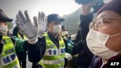 Cảnh sát Thượng Hải ngăn cản nhà báo chụp ảnh bên ngoài phiên xét xử một nhà báo tự do từng đưa tin về Covid-19 ở Trung Quốc.