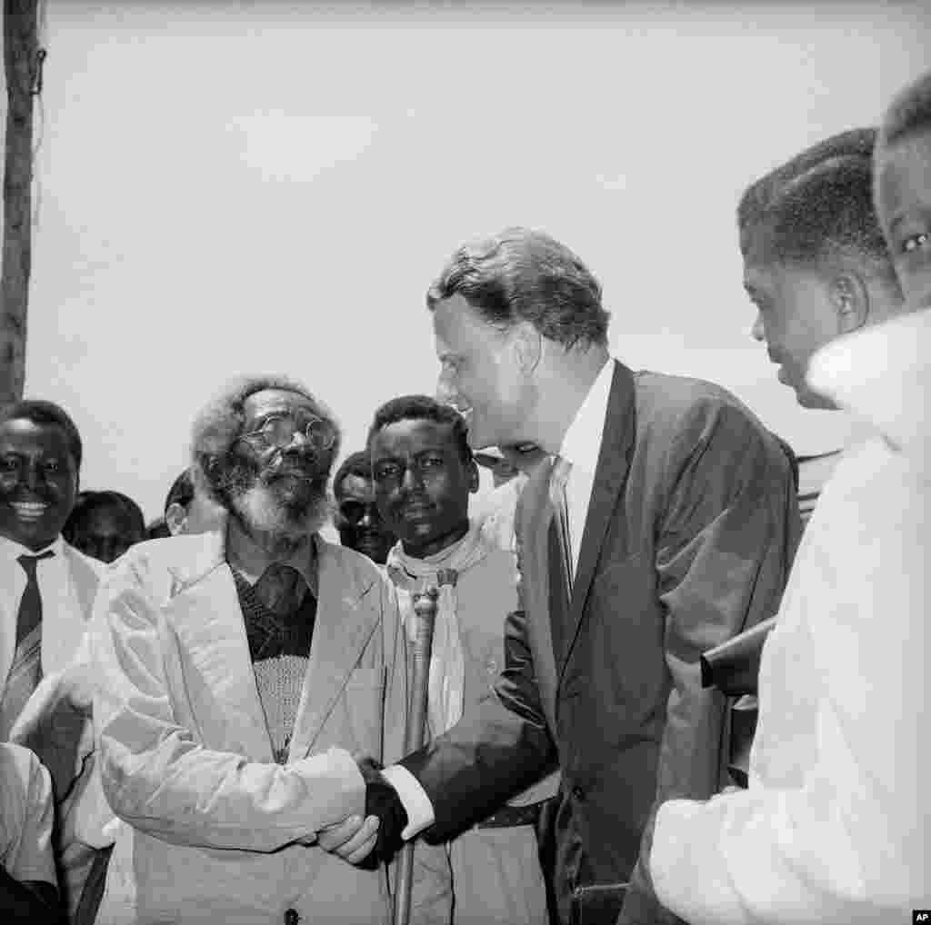 L'évangéliste Billy Graham est accueilli par un prédicateur âgé, Samson Chaguraga, à Moshi, au Tanganyika, en Afrique de l'Est britannique, le 28 février 1960.