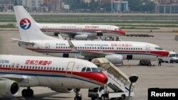 停在上海虹橋國際機場跑道上的中國東方航空公司的客機(資料照片)