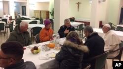 Papa duke ngrënë mëngjes me personat e pastrehë