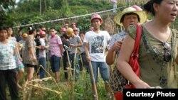 四川華鎣農民手拿棍棒和拆遷人員對峙