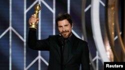 Komedi ya da müzikal film dalında en iyi erkek oyuncu ödülü eski ABD başkan yardımcısı Dick Cheney'i canlandıran Christian Bale'e verildi. Bale, konuşmasında rolü için kendisine ilham veren 'şeytan'a teşekkür etti