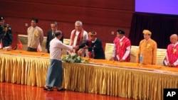 미얀마 정부가 8개 무장 반군 단체들과 휴전협정을 맺은 15일 테인 세인 미얀마 대통령(가운데)이 서명식에서 반군 지도자들과 악수하고 있다.