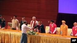 緬甸總統吳登盛在首都內比都主持了由電視轉播的停火協議簽署儀式後與與會者握手。
