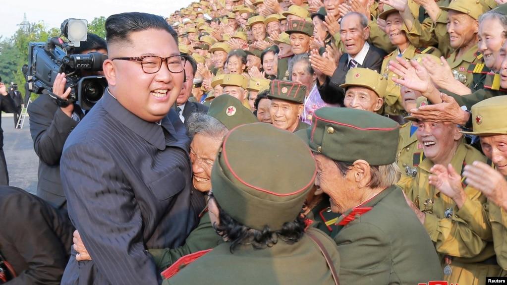 Nhà lãnh đạo Triều Tiên Kim Jong Un tiếp xúc các cựu chiến binh. Ảnh do Thông tấn xã Trung ương Triều Tiên đăng ngày 27/7/2018.
