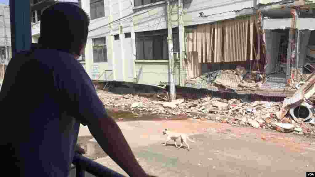 Un ecuatoriano observa los daños causados por los terremotos.