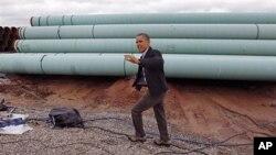 3月22号,奥巴马总统在奥克拉荷马州的斯蒂尔沃特输油管工场向众人挥手