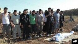 시리아 홈즈시에서 정부군의 포격으로 사망한 희생자의 장례식