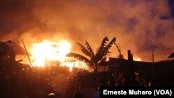 Les feux se propagent sur avenue à Irambo, Bukavu, Sud-Kivu, 17 août 2018. (VOA/Erneste Muhero)