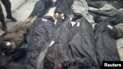 Jenazah 20 korban militan Islamic State terbaring di tanah di desa Aqarib al-Safi, sebelah timur kota Hama, Suriah, di foto yang dibagikan oleh kantor berita SANA pada tanggal 18 Mei 2017 (foto: SANA/Didistribusikan via REUTERS)