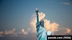 矗立在紐約港口的自由女神像(資料照片)