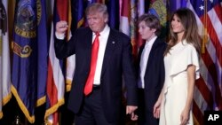 Дональд Трамп (в центре), сын Бэррон и супруга Мелания. Нью-Йорк. 9 ноября 2016 г.