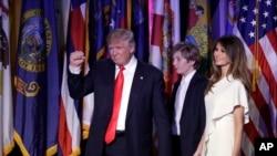 ប្រធានាធិបតីដែលទើបតែជាប់ឆ្នោតលោក Donald Trump នៅក្នុងសេចក្តីថ្លែងទទួលតំណែងដំបូងរបស់លោកជាមួយភរិយាអ្នកស្រី Melania និងកូនប្រុសរបស់លោក Barron Trump កាលពីយប់ថ្ងៃពុធ ទី០៩ វិច្ឆិការ ២០១៦ នៅបុរីញូវយ៉ក។