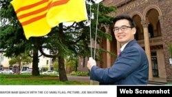 Thị trưởng Maribyrnong Nam Quách cho biết việc đưa ra quyết định treo cờ vàng trong những dịp quan trọng tại các địa điểm như Tòa thị chính và Đài Tri Ân ở Jensen Reserve là do yêu cầu của cộng đồng người Úc gốc Việt. (Ảnh chụp từ trang web của Star Weekly).