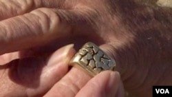 圣盖博河的金疙瘩打造的戒指(美国之音国符拍摄)