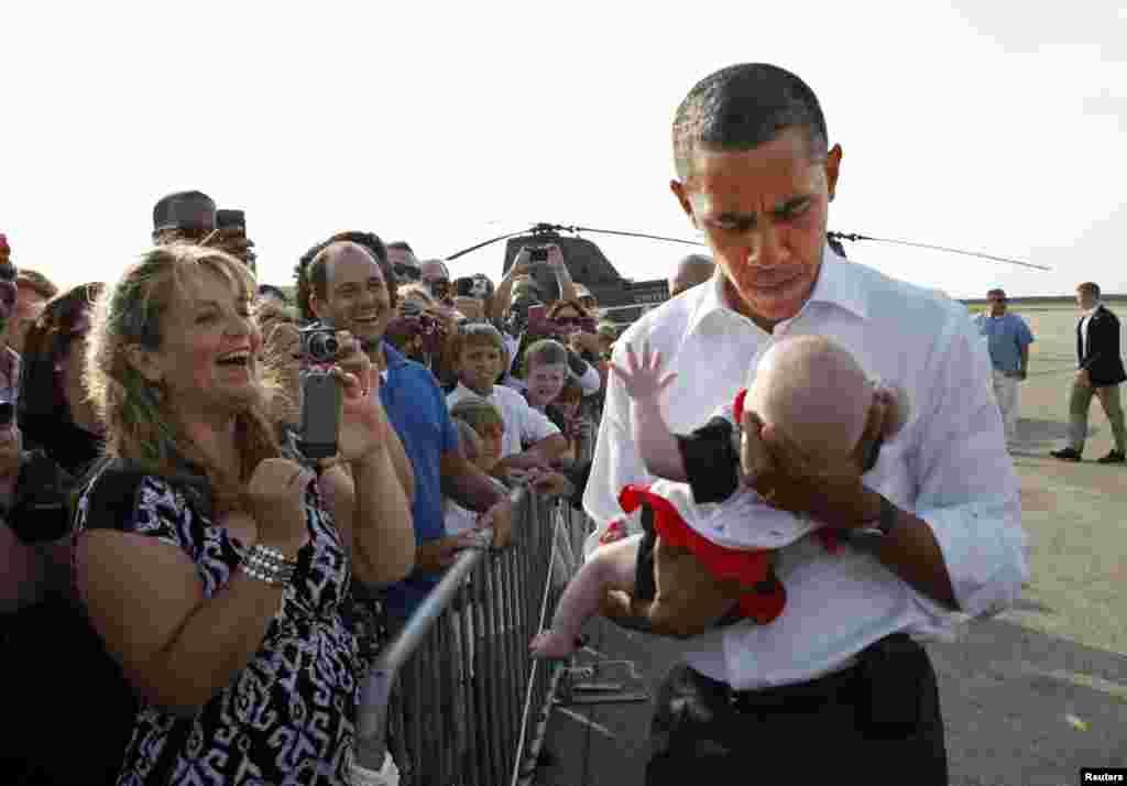 Cargando a un bebé al aterrizar en Martha's Vineyard en Massachusetts, en agosto de 2011.