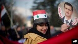 Διαδηλώτρια έξω από το κτήριο των ΗΕ στη Γενεύη όπου διεξάγονται οι συνομιλίες για το μέλλον της Συρίας