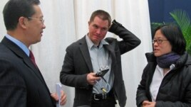 Chris Buckley (center), then a Reuters reporter and Stephanie Ho (right), then VOA Beijing Bureau Chief, talk with Ma Chaoxu, a Chinese foreign ministry official in 2010. (VOA / Zhang Nan)