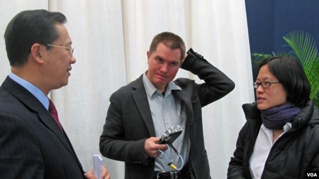 Novinar Njujork Tajmsa Kristofer Bakli  (u sredini)