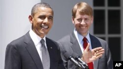 President Barack Obama (l) and nominee to serve as the first director of the Consumer Financial Protection Bureau (CFPB), former Ohio Attorney General Richard Cordray, in the Rose Garden of the White House, Jul 18, 2011