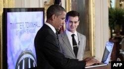 Tổng thống Obama gõ tweet mở đầu bên cạnh người đồng sáng lập Twitter Jack Dorsey trong cuộc thảo luận trực tuyến theo kiểu hỏi đáp 'town hall' trên Twitter, ngày 6/7/2011 tại Phòng họp phía Ðông của Tòa Bạch Ốc