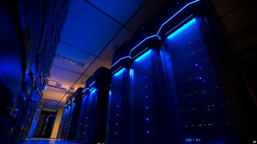 资料图:美国电力公司位于俄亥俄州哥伦布总部一个数据中心的服务器机房(2015年5月20日)(photo:VOA)